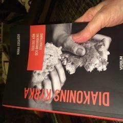 Med en ny bok i handen